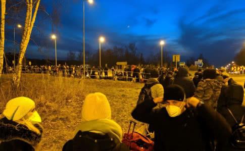 На польско-украинской границе собралась толпа, не соблюдающая нормы безопасности