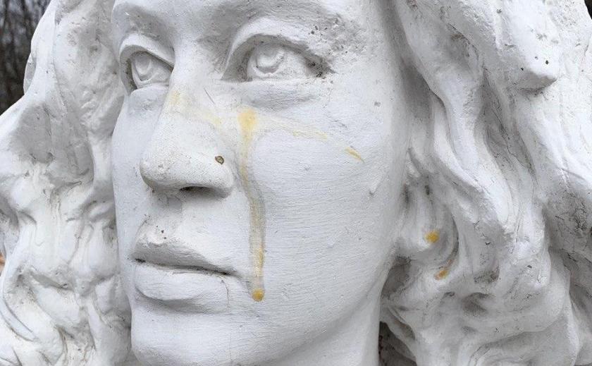 В Никополе вандалы надругались над памятниками святым