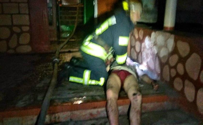 В Кривом Роге огнеборцы спасли из пламени человека