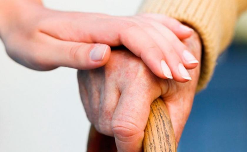 На Днепропетровщине более 3 тысяч человек помогают пенсионерам и бомжам
