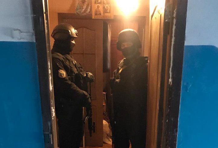 Как полиция Кривого Рога выбивала дверь матерого злодея в бегах