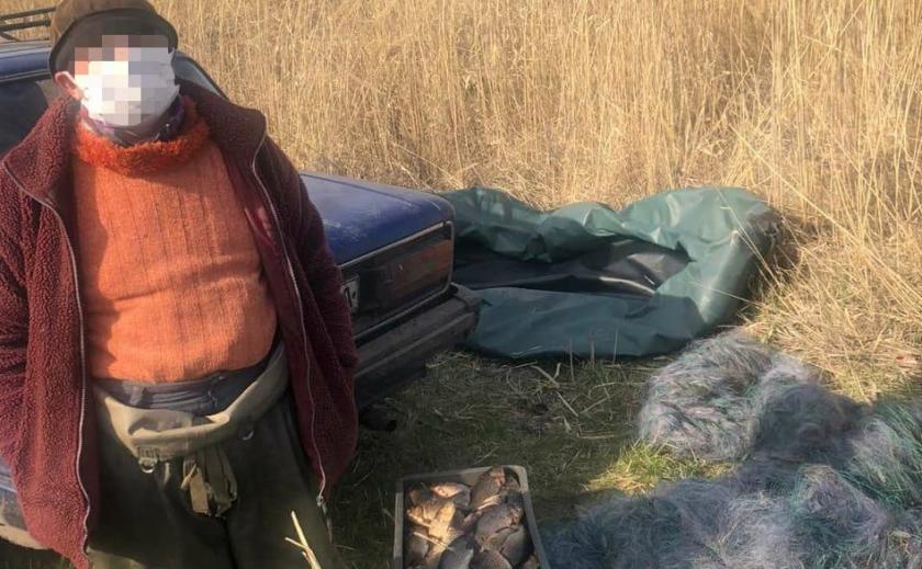 В Днепре у браконьера изъяли десяток сетей и ящик крупной рыбы
