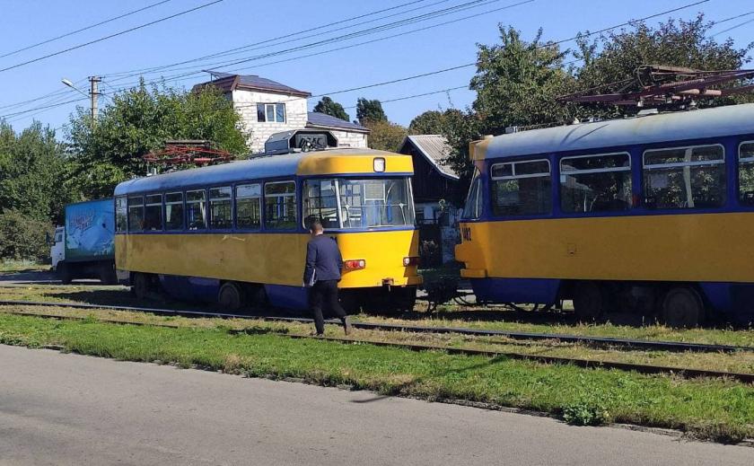 В Днепре на проспекте Металлургов трамвай сошел с рельс (ВИДЕО)