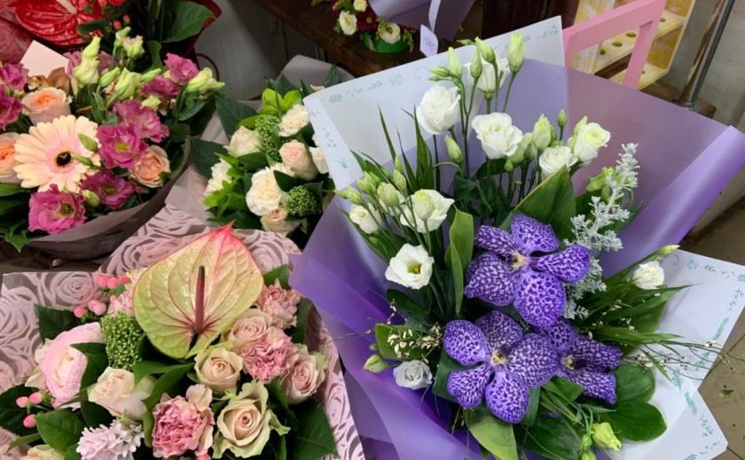 «Золотые» цветы, или Как торговля подготовилась к 8 Марта ФОТО