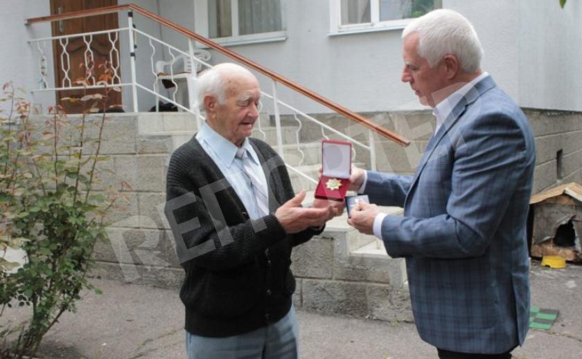 В Павлограде почётным гражданам вручили нагрудные знаки