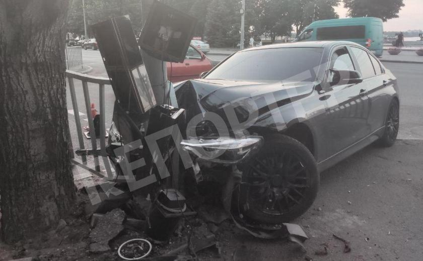 В Днепре водитель BMW не справился с управлением, но спас горожан