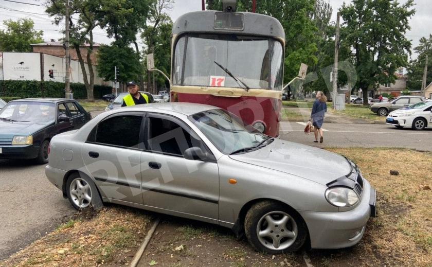 В Днепре автомобиль не разминулся с трамваем