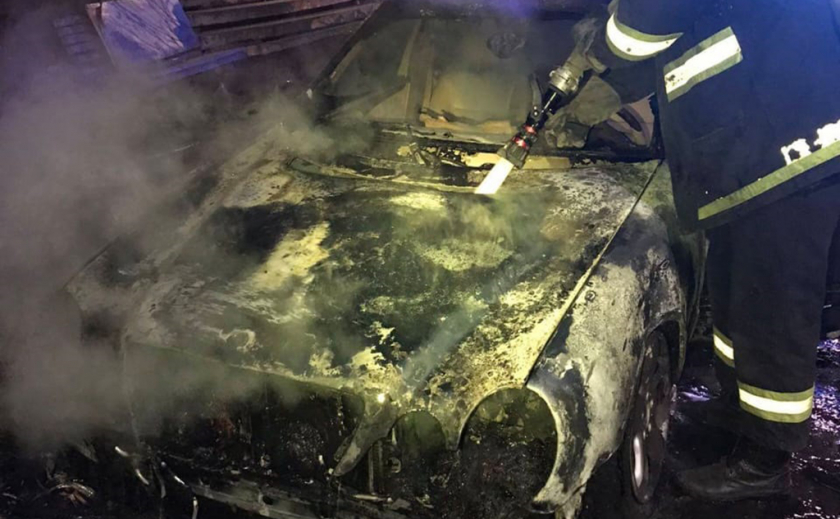 На Днепропетровщине сгорели мерседес и крайслер ФОТО