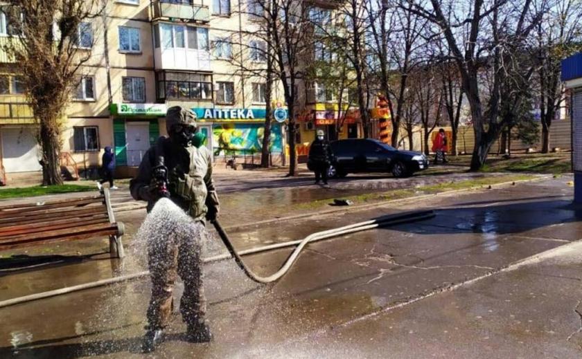 В Кривом Роге улицы и здания поливают специальным раствором